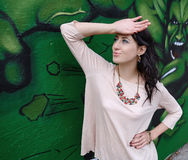Κομψό κορίτσι στο υπόβαθρο γκράφιτι Στοκ Εικόνες