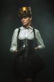 Κομψό κορίτσι steampunk με το ρολόι Στοκ Φωτογραφίες