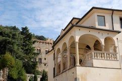Κομψό κτήριο με το arcade και μια μερίδα του κάστρου σε Monselice στο Βένετο (Ιταλία) Στοκ Εικόνες