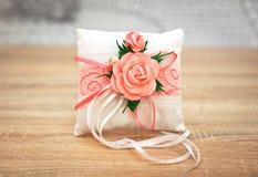Κομψό μαξιλάρι ή μαξιλάρι για τα δαχτυλίδια γάμος λουλουδιών τελετής νυφών Στοκ Εικόνες