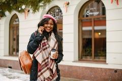 Κομψό μαύρο κορίτσι σε μια χειμερινή πόλη στοκ φωτογραφία με δικαίωμα ελεύθερης χρήσης