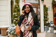 Κομψό μαύρο κορίτσι σε μια χειμερινή πόλη στοκ φωτογραφίες με δικαίωμα ελεύθερης χρήσης