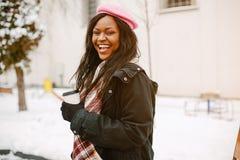 Κομψό μαύρο κορίτσι σε μια χειμερινή πόλη στοκ εικόνες με δικαίωμα ελεύθερης χρήσης