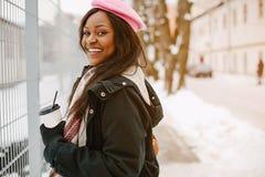 Κομψό μαύρο κορίτσι σε μια χειμερινή πόλη στοκ εικόνα με δικαίωμα ελεύθερης χρήσης