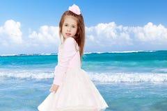 Κομψό μικρό κορίτσι σε ένα ρόδινο φόρεμα Στοκ φωτογραφία με δικαίωμα ελεύθερης χρήσης