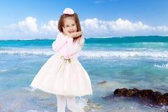Κομψό μικρό κορίτσι σε ένα ρόδινο φόρεμα Στοκ εικόνα με δικαίωμα ελεύθερης χρήσης
