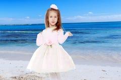 Κομψό μικρό κορίτσι σε ένα ρόδινο φόρεμα Στοκ Φωτογραφία