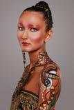 Κομψό μοντέλο με τη φωτεινή τέχνη makeup και σωμάτων. Στοκ Φωτογραφία