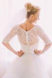 Κομψό μοντέρνο εκλεκτής ποιότητας άσπρο γαμήλιο φόρεμα με τις διακοσμήσεις στην πίσω κινηματογράφηση σε πρώτο πλάνο της νύφης Στοκ φωτογραφία με δικαίωμα ελεύθερης χρήσης