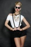 Κομψό ξανθό πρότυπο μόδας στο Μαύρο στοκ φωτογραφία με δικαίωμα ελεύθερης χρήσης
