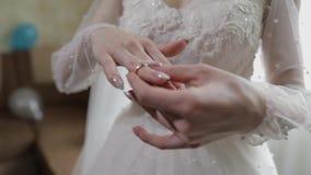 Κομψό ξανθό όμορφο δαχτυλίδι αρραβώνων ένδυσης νυφών Γυναίκα στο γαμή απόθεμα βίντεο