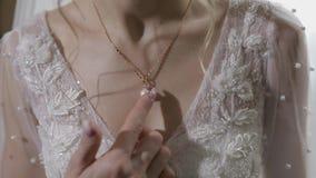 Κομψό ξανθό όμορφο περιδέραιο ένδυσης νυφών Γυναίκα στο γαμήλιο πρωί απόθεμα βίντεο
