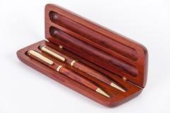 Κομψό ξύλινο κιβώτιο με τον ξύλινους στυλό και το μολύβι Στοκ εικόνα με δικαίωμα ελεύθερης χρήσης