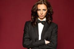 Κομψό προκλητικό brunette στο σμόκιν Στοκ Εικόνες
