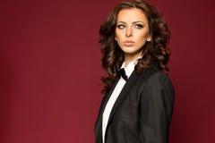 Κομψό προκλητικό brunette στο σμόκιν Στοκ Φωτογραφίες