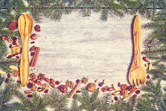 Κομψό πλαίσιο κλάδων με τα ξύλινα μαχαιροπήρουνα Στοκ Φωτογραφίες