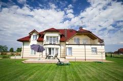 κομψό σπίτι προαστιακό Στοκ Εικόνες