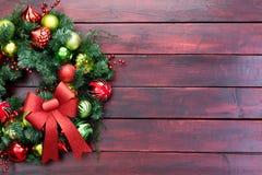 Κομψό στεφάνι Χριστουγέννων με τα μπιχλιμπίδια και το τόξο Στοκ Φωτογραφίες