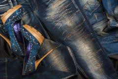 Κομψό σύνολο, ενδύματα τζιν και παπούτσια, που ενθέτονται με τα rhinestones Στοκ εικόνες με δικαίωμα ελεύθερης χρήσης