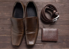 Κομψό σύνολο: καφετί πορτοφόλι, παπούτσια των καφετιών ατόμων, καφετιά ζώνη δέρματος Στοκ εικόνες με δικαίωμα ελεύθερης χρήσης