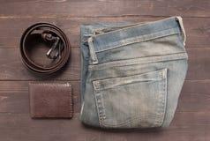 Κομψό σύνολο: καφετί πορτοφόλι, τζιν και καφετιά ζώνη δέρματος, Στοκ Εικόνες
