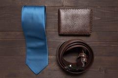 Κομψό σύνολο: μπλε δεσμός, καφετιά ζώνη δέρματος, καφετί πορτοφόλι, Στοκ Εικόνα