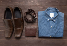 Κομψό σύνολο: παπούτσια των καφετιών ατόμων, καφετιά ζώνη δέρματος, μπλε πουκάμισο, Στοκ Εικόνα