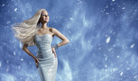 Κομψό φόρεμα μόδας γυναικών, μακρυμάλλης κυματίζοντας αέρας, χειμερινή ομορφιά Στοκ Φωτογραφίες