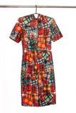 Κομψό φόρεμα του Midi με το αφηρημένο γεωμετρικό χρωματισμένο σχέδιο, isol Στοκ εικόνα με δικαίωμα ελεύθερης χρήσης