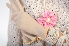Κομψό χέρι γυναικών με τα γάντια Στοκ φωτογραφία με δικαίωμα ελεύθερης χρήσης