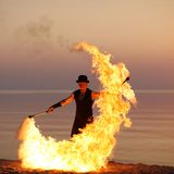 Κομψό χορευτών μπαστούνι πυρκαγιάς σκιαγραφιών στροβιλίζοντας Στοκ Εικόνες