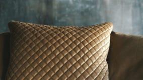 Κομψό χρυσό μαξιλάρι στον καναπέ απόθεμα βίντεο