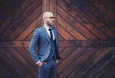 Κομψό όμορφο άτομο στο κλασσικό κοστούμι Στοκ φωτογραφία με δικαίωμα ελεύθερης χρήσης
