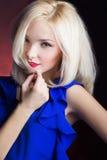 Κομψό όμορφο κορίτσι ξανθό με τα κόκκινα χείλια σε ένα μπλε φόρεμα στο στούντιο Στοκ εικόνες με δικαίωμα ελεύθερης χρήσης