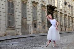 Κομψό ballerina στην οδό Στοκ Φωτογραφίες