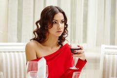 Κομψό brunette κατά τη διάρκεια του δείπνου στο εστιατόριο Στοκ Εικόνες