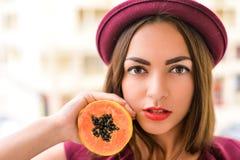 Κομψό brunette με το κόκκινο κραγιόν που φορά το bordo στοκ φωτογραφίες