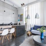 Κομψό combo καθιστικών και κουζινών στοκ φωτογραφίες με δικαίωμα ελεύθερης χρήσης