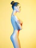Κομψό nude πρότυπο στα ελαφριά χρωματισμένα επίκεντρα Στοκ Εικόνα
