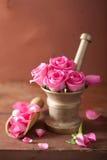 Κονίαμα με τα ροδαλά λουλούδια για aromatherapy και τη SPA Στοκ Εικόνες