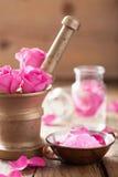 Κονίαμα με τα ροδαλά λουλούδια για aromatherapy και τη SPA Στοκ Φωτογραφία