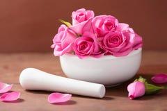 Κονίαμα με τα ροδαλά λουλούδια για aromatherapy και τη SPA Στοκ εικόνες με δικαίωμα ελεύθερης χρήσης
