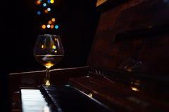 Κονιάκ σε ένα παλαιό πιάνο στοκ εικόνες με δικαίωμα ελεύθερης χρήσης
