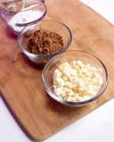Κονιοποιημένη και καφετιάς ζάχαρη κακάου, άσπρα τσιπ σοκολάτας Στοκ εικόνα με δικαίωμα ελεύθερης χρήσης