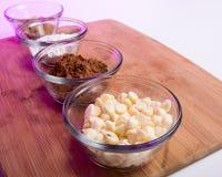 Κονιοποιημένη και καφετιάς ζάχαρη κακάου, άσπρα τσιπ σοκολάτας Στοκ Φωτογραφίες