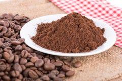 Κονιοποιημένος καφές με τα φασόλια καφέ στοκ φωτογραφίες