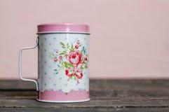 Κονιοποιημένος μέταλλο δονητής ζάχαρης με το Floral σχέδιο στοκ φωτογραφίες με δικαίωμα ελεύθερης χρήσης
