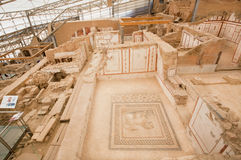 Κονσερβοποιημένος αρχαιολογικός σύνθετος της ιστορικής πόλης Ephesus με τα σπίτια πεζουλιών από τη ρωμαϊκή περίοδο Στοκ εικόνες με δικαίωμα ελεύθερης χρήσης