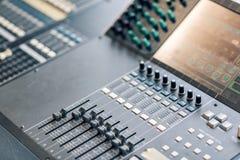 Κονσόλα εξισωτών αναμικτών μουσικής για την υγιή συσκευή ελέγχου αναμικτών Υγιής έλεγχος εξισωτών αναμικτών τεχνικών ακουστικός κ Στοκ εικόνες με δικαίωμα ελεύθερης χρήσης