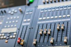 Κονσόλα εξισωτών αναμικτών μουσικής για την υγιή συσκευή ελέγχου αναμικτών Υγιής έλεγχος εξισωτών αναμικτών τεχνικών ακουστικός κ Στοκ Φωτογραφίες